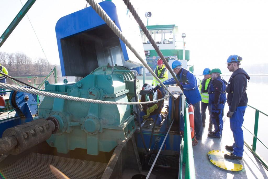 Schallschutz für den Schneidkopfsaugbagger auf dem Halterner Stausee: Eine große Metallhülle wird über dem Hauptmotor montiert.