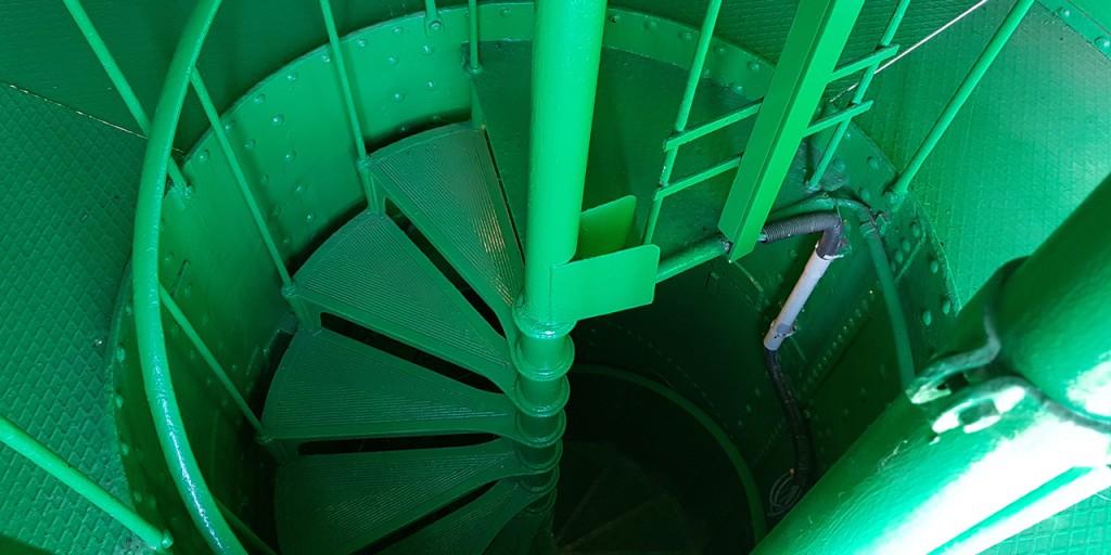 Die schmale Wendeltreppe führt nach oben auf die Plattform.