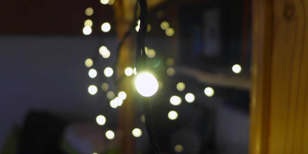 LED-Lichterketten bringen weihnachtlichen Lichterglanz ins Haus.