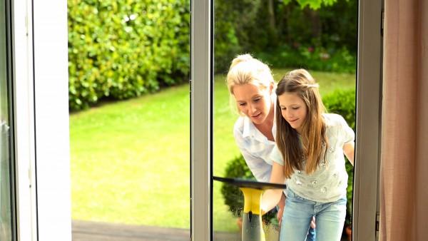 Energie für den Frühling: Zum Beispiel beim Fenster putzen.