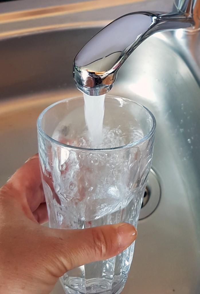 Leitungswasser ist der beste Durstlöscher bei Hitze.
