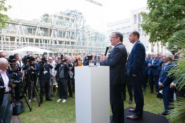 Armin Laschet beim Sommerfest der NRW-Vertretung in Berlin, das von Gelsenwasser unterstützt wird.