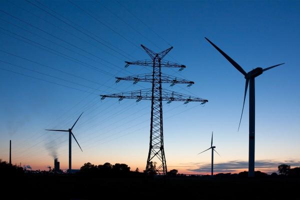 Ökostrom, zum Beispiel aus Windkraft, wird ins Netz eingespeist und mit Smart Grids verteilt.