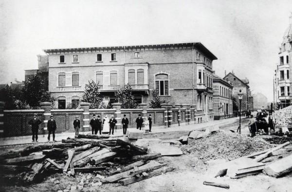 Die Hauptverwaltung des Wasserwerks im Jahre 1904, während des Baus des neuen Hauptbahnhofes. Foto: Stadtarchiv Gelsenkirchen.
