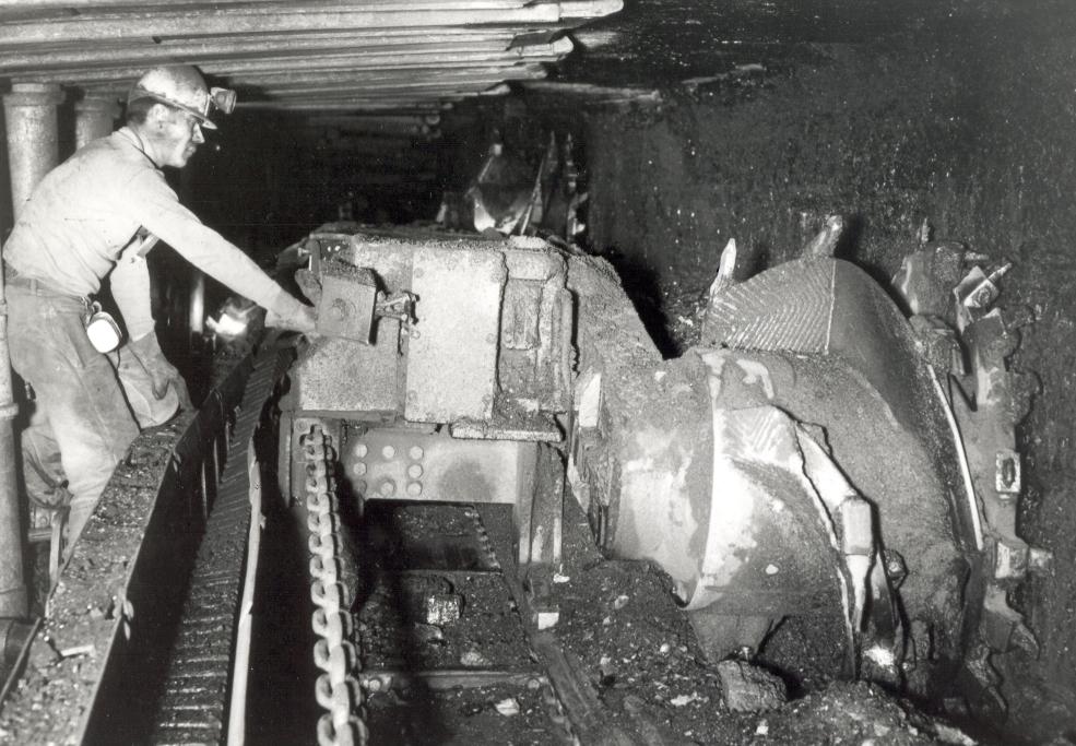Schwere Arbeit unter Tage: So sah die Gewinnung mit Doppelwalzen-Schrämlader 1969 aus. © montan.dok / 023200405001