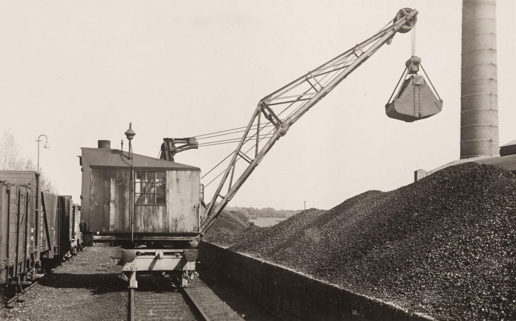 Auch für die Trinkwassergewinnung wurde Kohle gebraucht! Die Pumpen im Wasserwerk Haltern wurden mit Energie aus Steinkohle betrieben. Hier wird die Kohle am Kesselhaus angeliefert. (Zirka 1948) © GELSENWASSER AG
