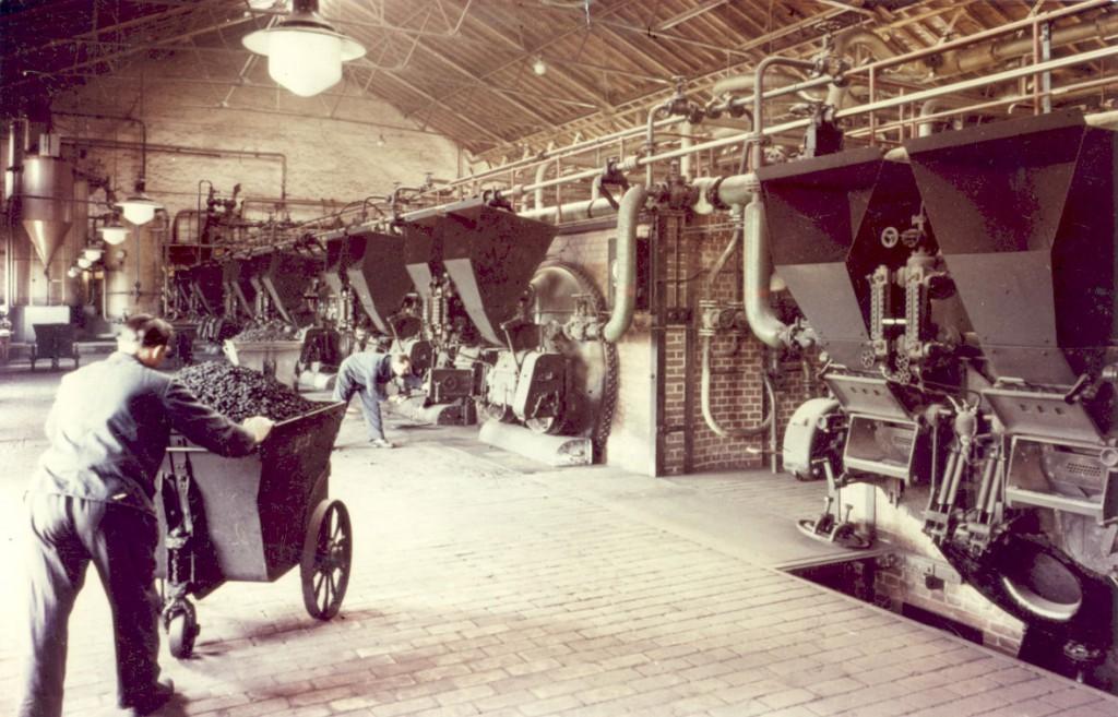 Im Kesselhaus des Wasserwerks Haltern: Die Heizer beschickten die Kessel mit Kohle. So wurde Dampf zum Pumpenbetrieb erzeugt. © GELSENWASSER AG