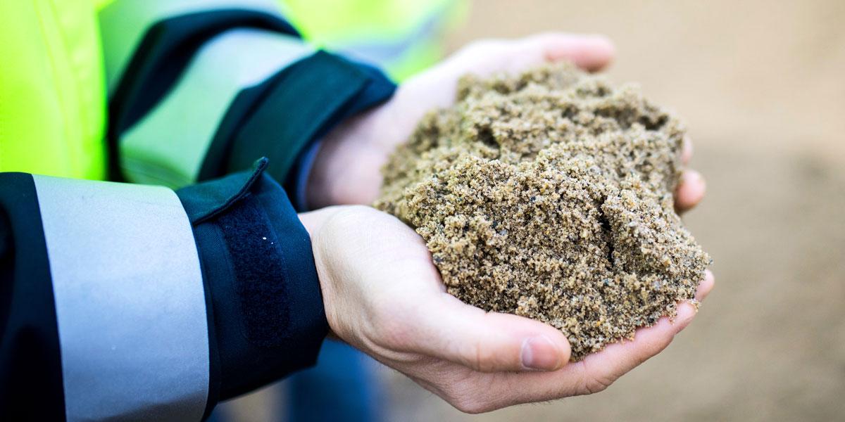 Sand ist nach Wasser die meist genutzte Ressource weltweit - und wird sogar häufiger eingesetzt als Erdöl.