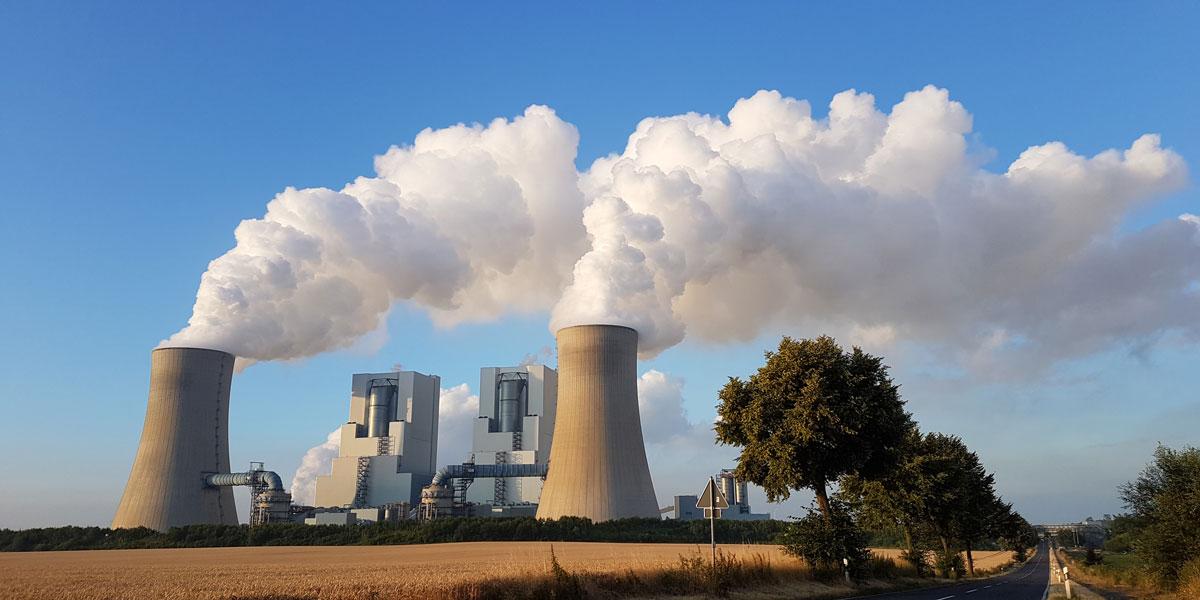 """Kraftwerk Neurath BoA 2 & 3 am Rand des Braunkohle-Tagesbau Garzweiler: Seit Ende Juni arbeitet die """"Kohlekommission"""". Sie soll das Datum für den Ausstieg aus dem Kohlestrom festlegen."""