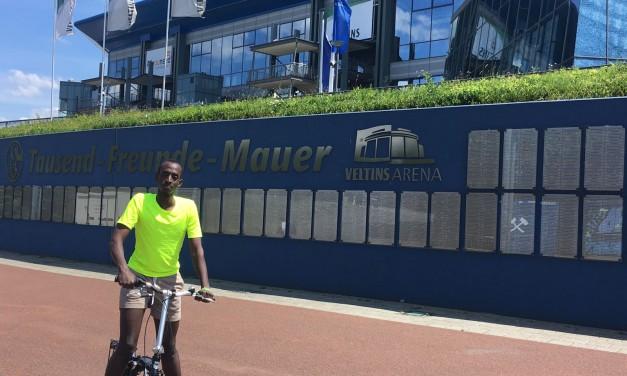 Praktikant Enock Mugabi: von Uganda ins Team blau-grün