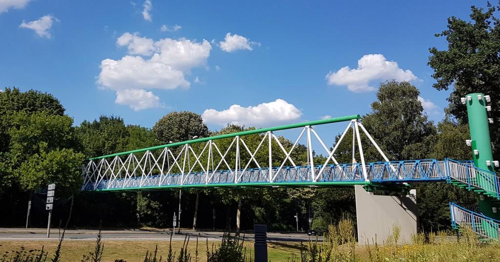Die Farben blau und grün sind überall präsent, sogar an der Fußgänger-Brücke vor der Hauptverwaltung.
