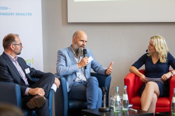 Quartiere: Auf dem Podium diskutieren u.a. (v.l.) Matthias Nerger aus dem NRW-Wirtschaftsministerium, Dr. Stefan Gärtner vom Institut für Arbeit und Technik und Moderatorin Tina Teucher.