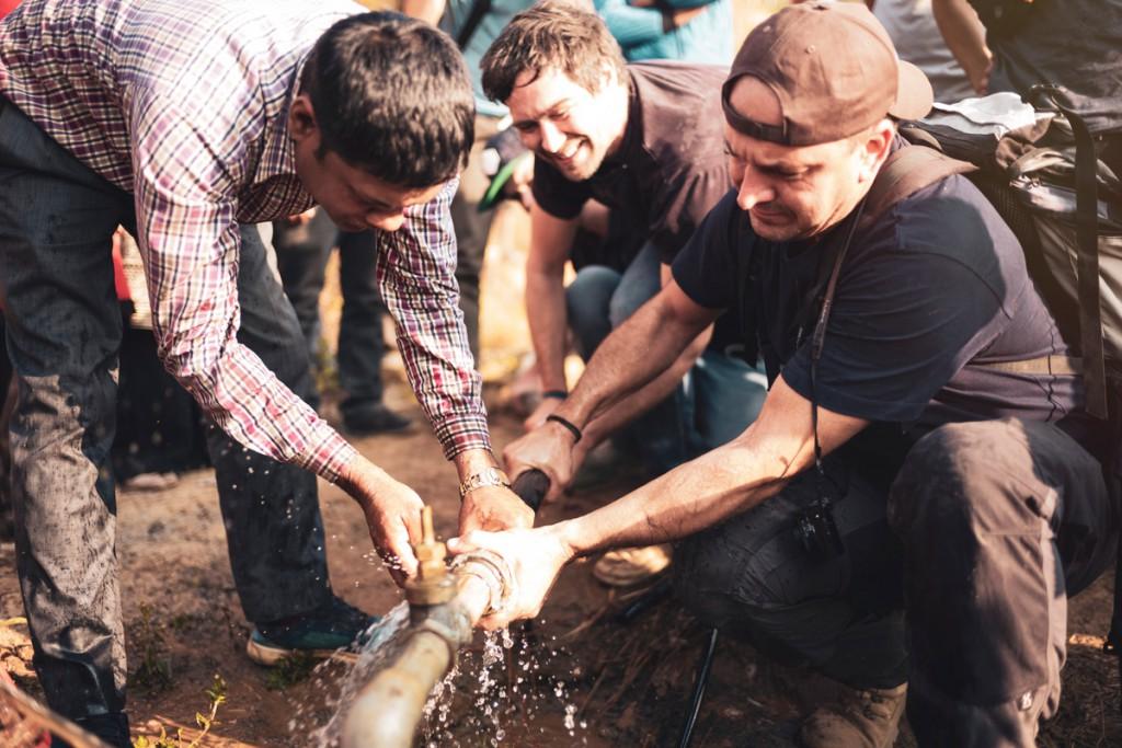 Schnelle Hilfe von unserem Fachmann Dieter Eschner und den Jungs von Viva con Agua bei der Wasserversorgung in Nepal.