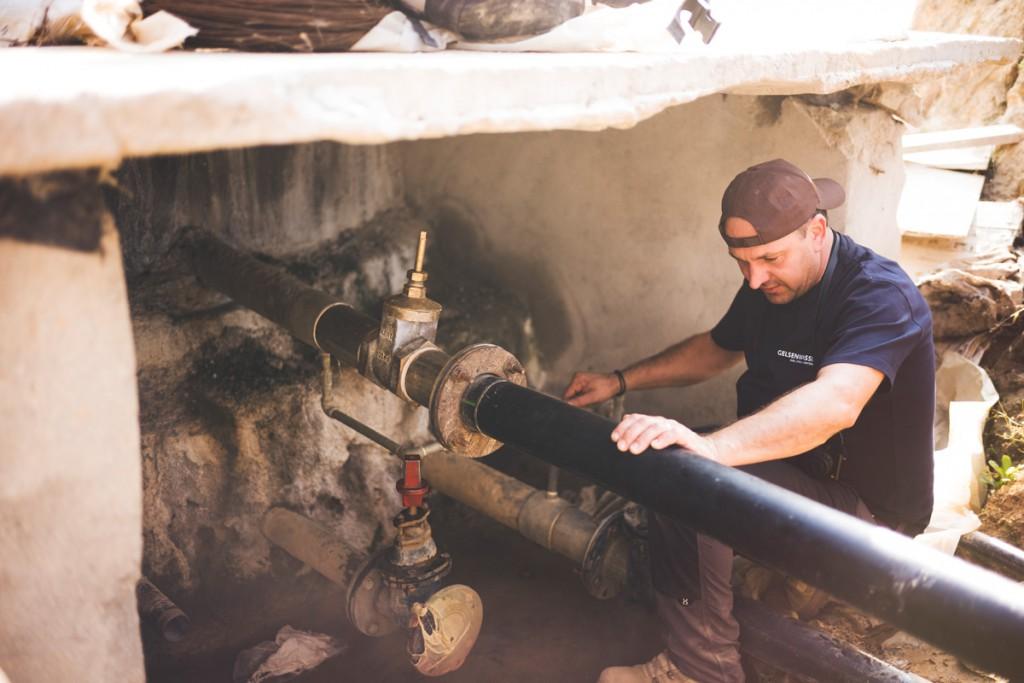 Gelsenwasser-Mitarbeiter Dieter Eschner begutachtet eine Wasserinstallation in Nepal.