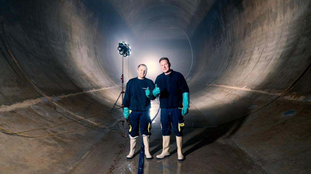 Gelsenwasser-Kollegen in einer der zehn Betonröhren des Trinkwasserbehälters in der Halde Scholven.