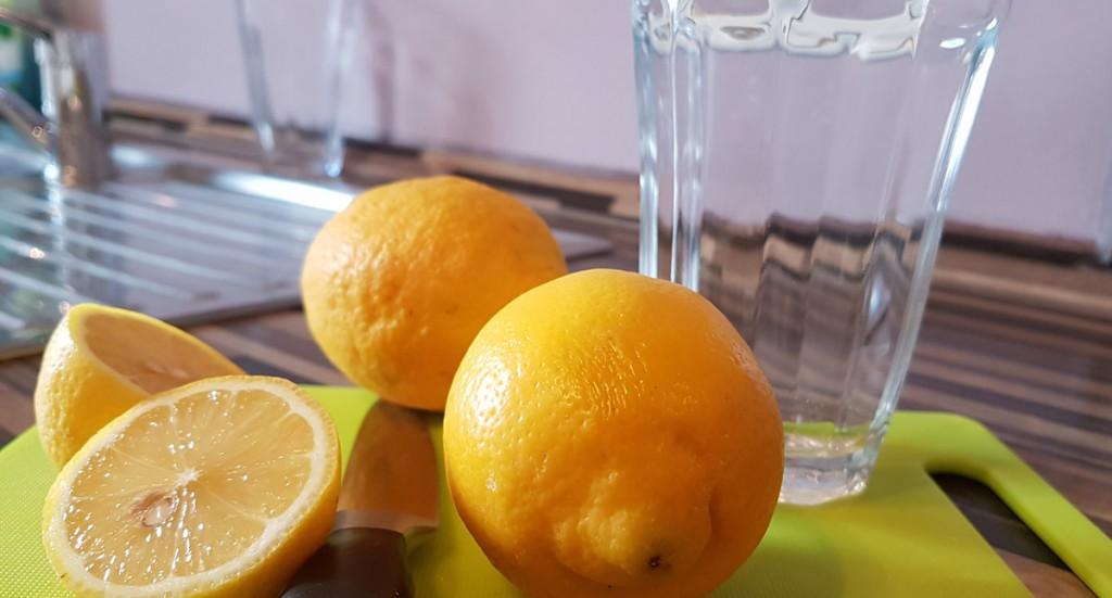Viele schwören auf Zitronenwasser und trinken es morgens vor dem Frühstück , um den Stoffwechsel anzukurbeln.
