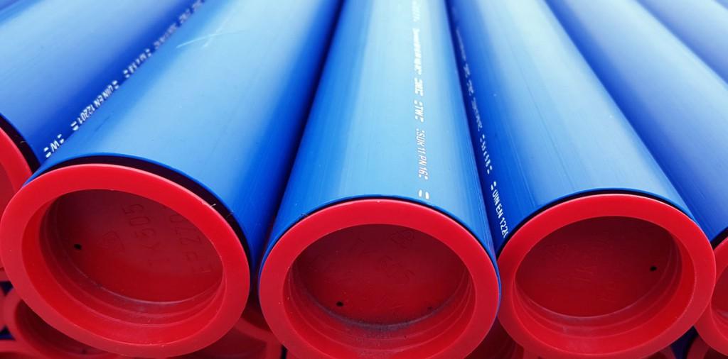 Sicherheitsaspekt Farbe: Wasserrohre aus PE sind immer blau. So ist auf Baustellen direkt erkennbar, um was für ein Rohr es sich handelt.
