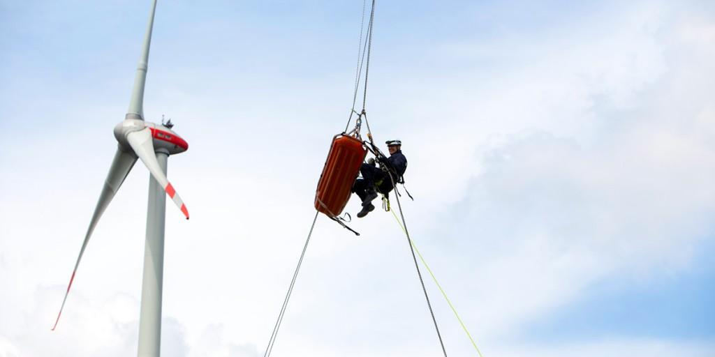 Höhenrettung am Windrad: In der Trage wird die verletzte Person abgeseilt.