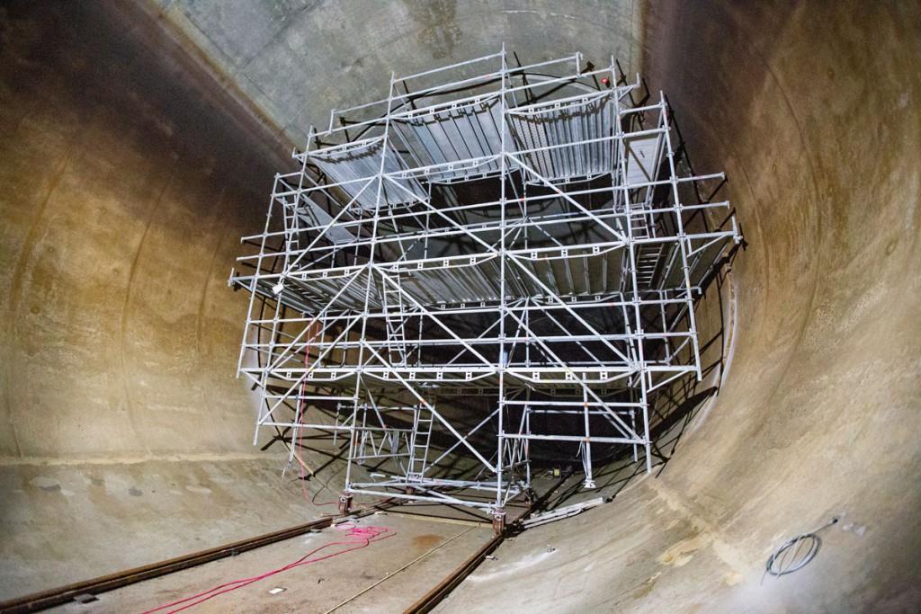 Kammern werden saniert: Gerüst auf Schienen
