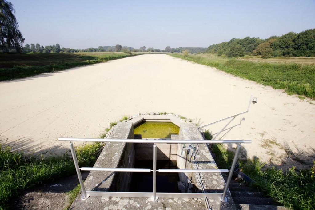Sauberer Boden im Versickerungsbecken für Trinkwasser