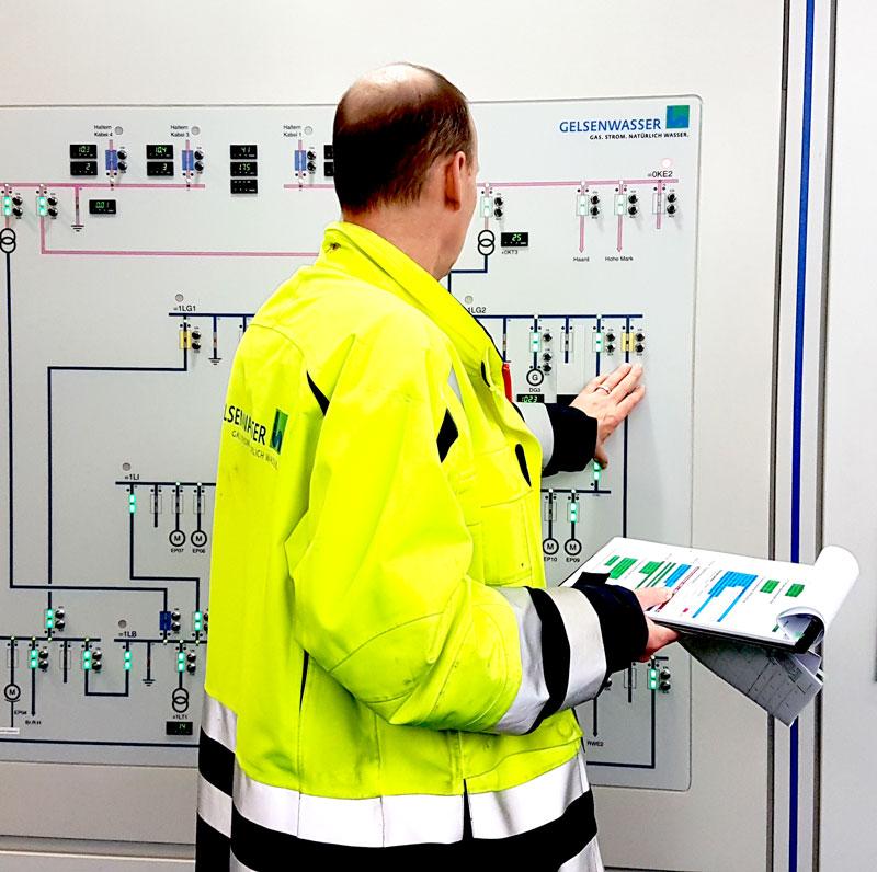 Stromausfall im Wasserwerk Haltern: Bei der Übung für den Ernstfall kappt der Betriebsleiter die Stromleitungen.