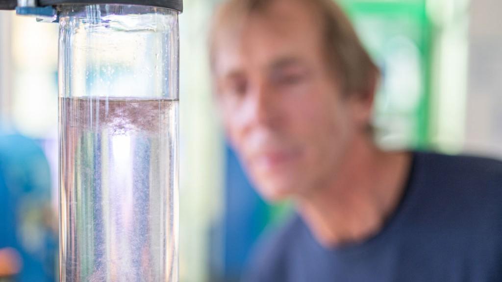 Leitungswasser enthält extrem wenig bis kein Mikroplastik: Es wird schon vor der Aufbereitung im Wasserwerk sehr gut gefiltert.